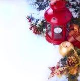 Fondo de la Navidad con juguetes rojos del Año Nuevo y una linterna Imagen de archivo libre de regalías