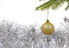 Fondo de la Navidad con la bola de oro de la decoración Imagenes de archivo