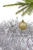 Fondo de la Navidad con la bola de oro de la decoración Foto de archivo libre de regalías