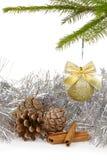 Fondo de la Navidad con la bola de oro de la decoración Imagen de archivo