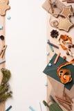 Fondo de la Navidad con la decoración de la diversión, los sobres, el árbol de abeto, las galletas y los presentes rústicos Visió fotografía de archivo libre de regalías