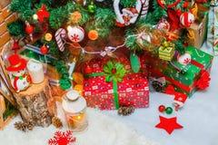 Fondo de la Navidad con la decoración de la Navidad con las estrellas, conos, muñeco de nieve Feliz Año Nuevo y Navidad Imágenes de archivo libres de regalías