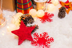 Fondo de la Navidad con la decoración de la Navidad con las estrellas, conos, muñeco de nieve Tema de la Feliz Año Nuevo y de Nav Imagen de archivo libre de regalías