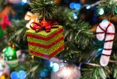Fondo de la Navidad con la decoración de la Navidad con las estrellas, conos, muñeco de nieve Tema de la Feliz Año Nuevo y de Nav Foto de archivo