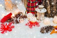 Fondo de la Navidad con la decoración de la Navidad con nieve, estrellas, los regalos, la Feliz Navidad del encendido y del texto Imagenes de archivo