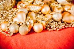 Fondo de la Navidad con la decoración de la Navidad del oro Imagen de archivo