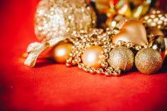 Fondo de la Navidad con la decoración de la Navidad del oro Imagen de archivo libre de regalías