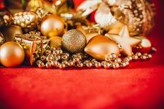 Fondo de la Navidad con la decoración de la Navidad del oro Imagenes de archivo