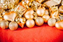 Fondo de la Navidad con la decoración de la Navidad del oro Fotografía de archivo