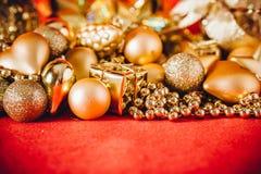 Fondo de la Navidad con la decoración de la Navidad del oro Foto de archivo libre de regalías