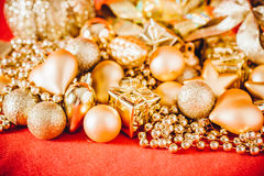 Fondo de la Navidad con la decoración de la Navidad del oro Fotos de archivo