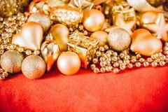 Fondo de la Navidad con la decoración de la Navidad del oro Imágenes de archivo libres de regalías