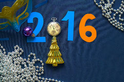 Fondo de la Navidad con la fecha, la máscara, los relojes de bolsillo y la raspa de arenque del festival Foto de archivo
