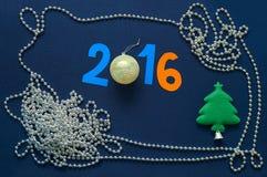 Fondo de la Navidad con la fecha 2016, los relojes de bolsillo y la raspa de arenque Imagen de archivo libre de regalías
