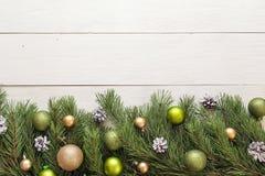 Fondo de la Navidad con la frontera de las ramas y de las decoraciones del abeto Fotos de archivo