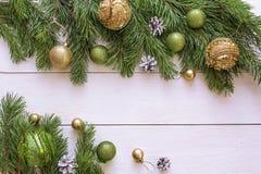 Fondo de la Navidad con la frontera de las ramas y de las decoraciones del abeto Imágenes de archivo libres de regalías