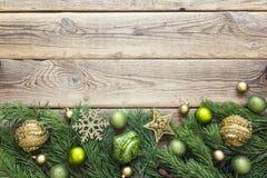 Fondo de la Navidad con la frontera de las ramas y de las decoraciones del abeto Fotografía de archivo libre de regalías