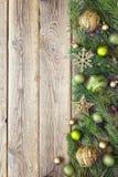 Fondo de la Navidad con la frontera de las ramas y de las decoraciones del abeto Fotos de archivo libres de regalías