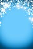 Fondo de la Navidad con la guirnalda luminosa con las estrellas, los copos de nieve y el lugar para el texto Fondo brillante azul Foto de archivo libre de regalías