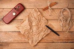 Fondo de la Navidad con la hoja del pergamino con una pluma y un cloc Foto de archivo