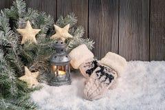 Fondo de la Navidad con la linterna y las manoplas Fotografía de archivo