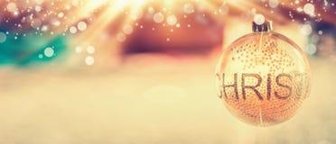 Fondo de la Navidad con la Navidad de adornamiento de cristal de la bola y del texto en el sitio y el bokeh borrosos Imágenes de archivo libres de regalías