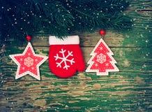 Fondo de la Navidad con la picea, las manoplas, la estrella y el abeto de la rama Imágenes de archivo libres de regalías