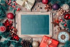 Fondo de la Navidad con la pizarra y los ornamentos Fotografía de archivo libre de regalías