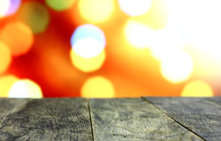 Fondo de la Navidad con la tabla de madera oscura vieja vacía del escritorio Fotografía de archivo