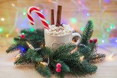 Fondo de la Navidad con la taza de chocolate caliente y de abeto Imagen de archivo