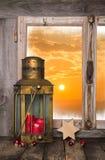 Fondo de la Navidad con la vela y la linterna rojas - en la parte posterior a Imagen de archivo libre de regalías