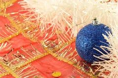 Fondo de la Navidad con las bolas azules del Año Nuevo Fotos de archivo