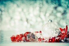 Fondo de la Navidad con las bolas de cristal y decoración festiva roja en el fondo del bokeh del invierno Imagen de archivo
