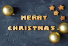 Fondo de la Navidad con las bolas de la Navidad y las estrellas cocidas del pan de jengibre y la Feliz Navidad de las palabras Id Imagen de archivo