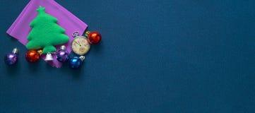 Fondo de la Navidad con las bolas de los relojes de bolsillo, de la raspa de arenque y del festival Imágenes de archivo libres de regalías