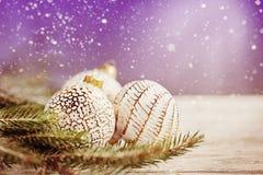Fondo de la Navidad con las bolas, el copo de nieve y la decoración de oro de la Navidad imagen de archivo libre de regalías