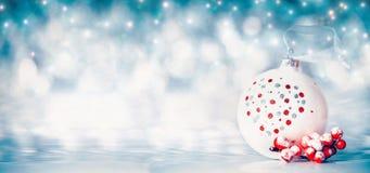 Fondo de la Navidad con las bolas y decoración festiva roja en el fondo del bokeh del invierno, vista delantera Fotografía de archivo libre de regalías