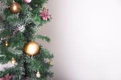 Fondo de la Navidad con las bolas y las decoraciones aisladas en pizca Fotos de archivo libres de regalías