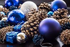 Fondo de la Navidad con las bolas y pinecone de plata azules Imagenes de archivo