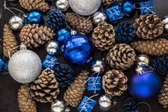 Fondo de la Navidad con las bolas y pinecone de plata azules Imágenes de archivo libres de regalías