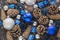 Fondo de la Navidad con las bolas y pinecone de plata azules Imagen de archivo libre de regalías