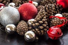 Fondo de la Navidad con las bolas y pinecone de plata rojos Foto de archivo libre de regalías