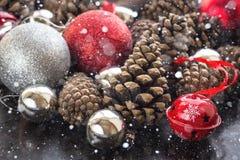 Fondo de la Navidad con las bolas y pinecone de plata rojos Imagen de archivo