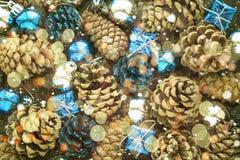Fondo de la Navidad con las bolas y pinecone de plata azules Imagen de archivo
