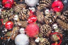 Fondo de la Navidad con las bolas y pinecone de plata rojos Fotografía de archivo libre de regalías