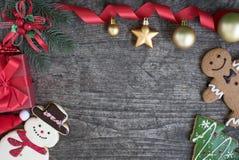 Fondo de la Navidad con las cajas de regalo de las decoraciones Imagenes de archivo