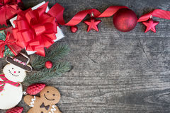 Fondo de la Navidad con las cajas de regalo de las decoraciones y la ginebra del muñeco de nieve Imagen de archivo