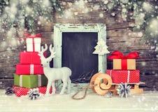 Fondo de la Navidad con las cajas de regalo y la decoración festiva Fotos de archivo