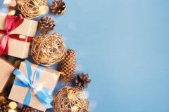 Fondo de la Navidad con las cajas y los conos de regalo fotografía de archivo libre de regalías
