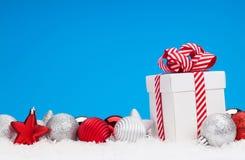 Fondo de la Navidad con las chucherías y la caja de regalo Fotografía de archivo libre de regalías